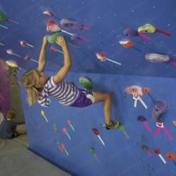 построить скалодром для детей