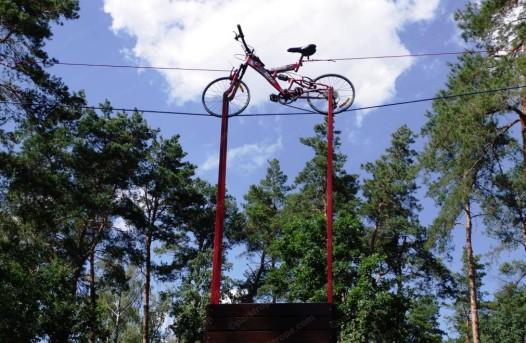 высокий веревочный парк на деревьях