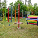 Детская веревочная площадка на опорах с качелями и троллеем